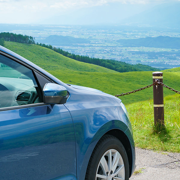 車と丘イメージ